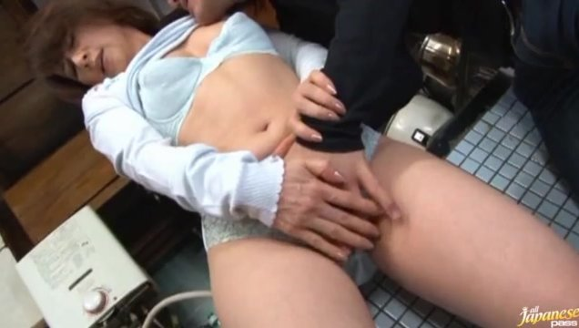 Wow, this hot mature amateur Reiko Makihara has gone fucking wild in the kitchen.